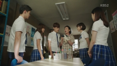 School 2017 ep 14 student x tae woon showing cellphone video to sarang mom